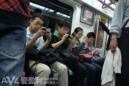 央视:中国人平均每天1/3休闲时间在玩手机 玩得越多越有钱
